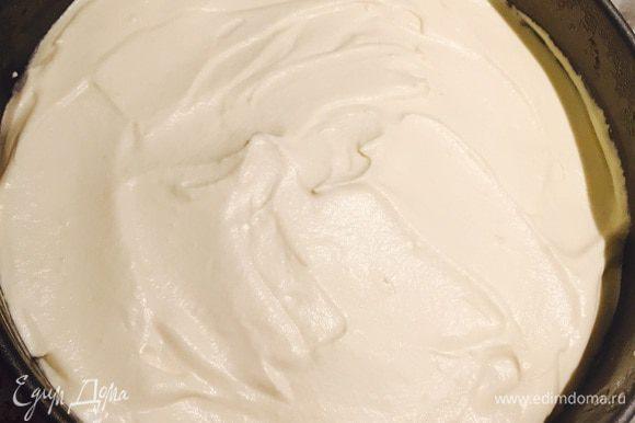 Мусс готов. Достаем нашу заготовку, распределяем мусс по желе и ставим в морозильник до полного застывания.