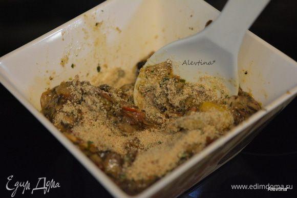 Грибы посолить и поперчить, добавить слегка взбитое яйцо и хлебную крошку.
