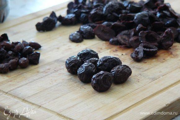Тем временем подготовим начинку. В данном случае нам лучше всего подойдут именно турецкие маслины с солью, не в рассоле. Я знаю, они теперь продаются во многих местах. Правда, придется слегка потрудиться, чтобы их нарезать и освободить от косточки.