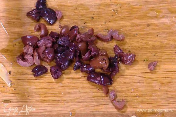 Оливки мелко нарезать.