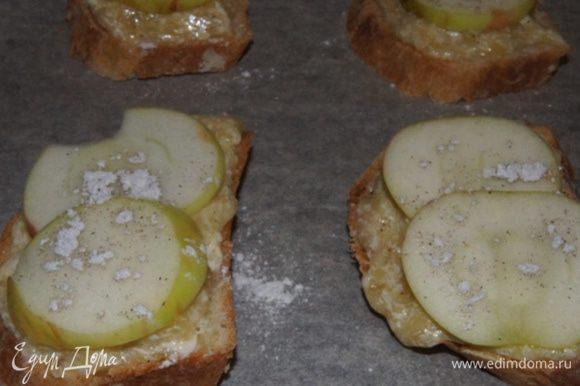 Кремом намазать кусочки хлеба. Яблоки (вы можете использовать груши, если любите) порезать тонкими пластинками. И выложить поверх крема. Сверху присыпать сахаром и корицей по вкусу. У меня был сахар с натуральной ванилью.
