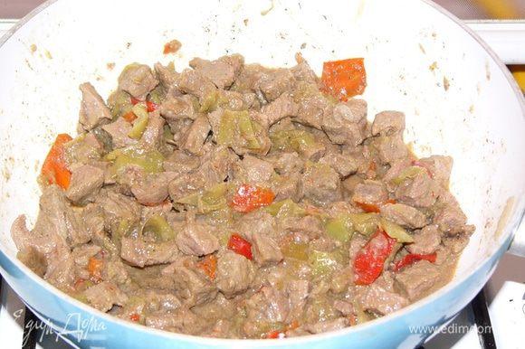 После того, как добавлены помидоры, огонь убавляем и закрываем сковороду крышкой. Оставляем мясо готовиться в собственном соку 20 минут. На фото уже готовое блюдо.