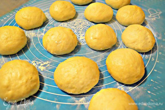 Готовое тесто разделите на небольшие кусочки, сформируйте шарики. Получилось 14 шт по 100 г. Можно сделать и по-меньше размером, тогда помидорок черри вам потребуется больше.