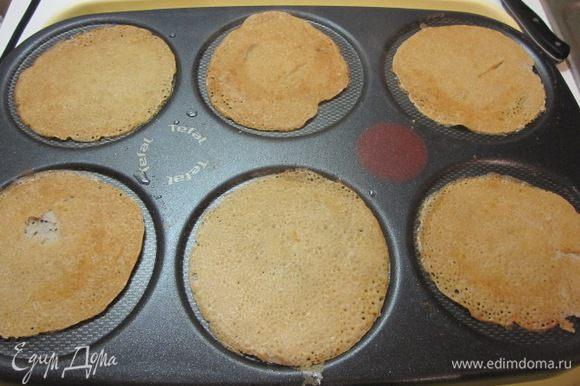 Налить тесто на блинницу.