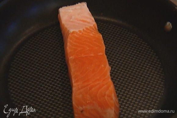 Семгу сбрызнуть лимонным соком (1 ч. ложку оставить) и 1–2 ст. ложками оливкового масла, немного посолить, поперчить и дать слегка замариноваться, затем выложить на разогретую сковороду кожей вниз и, не переворачивая, пожарить. За 2–3 минуты до готовности накрыть сковороду крышкой.