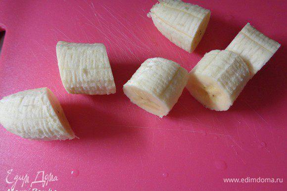 Бананы очистить от кожуры и порезать шайбочками.