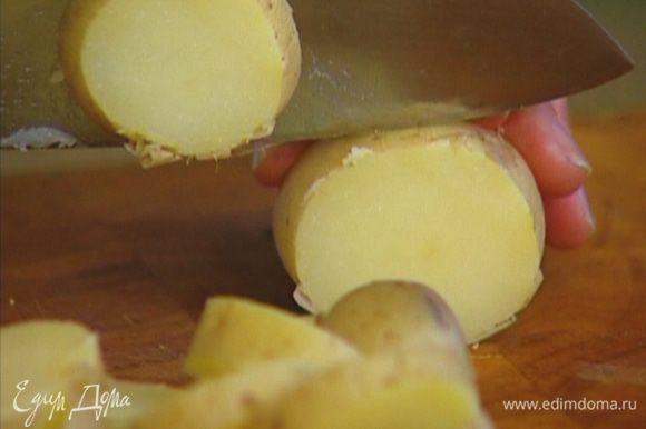 Картофель отварить в мундире, затем, не очищая, нарезать кружками.