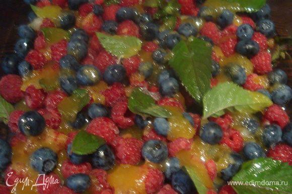 Берем форму для запекания. В моем случае, это стеклянная форма. Смешиваем ягоды (ягоды берем любые на свой вкус или какие есть на данный момент дома), польем соком лимона, добавим мед и листики мяты. Аккуратно перемешиваем ложкой, чтобы не повредить ягоды.
