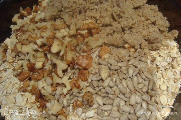 В отдельной миске смешиваем овсяные хлопья, семечки, орехи, миндальную муку (орехи или семечки можем брать любые на свой вкус и количество можно регулировать тоже на свой вкус), добавим 3 столовые ложки меда и оливковое масло и хорошо перемешаем.
