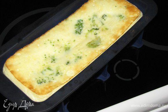 Поставить в духовку на 30-40 минут. Когда омлет зарумянится, открыть духовку и потрогать. Если упругий, значит готов!