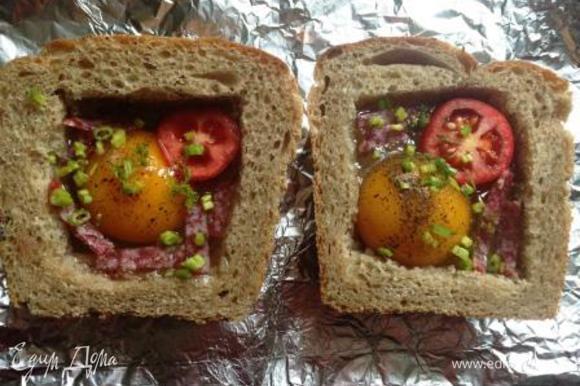 Покрошить нарезанную колбаску, зелень. Уголок украсить долькой помидора.