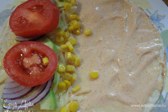 Границу между соусом и начинкой посыпаем консервированной кукурузой.