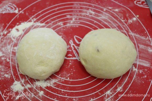 Изюм обсушиваем и обваливаем его в небольшом количестве муки. Затем аккуратно вмешиваем его в тесто (одну часть я сделала без изюма).