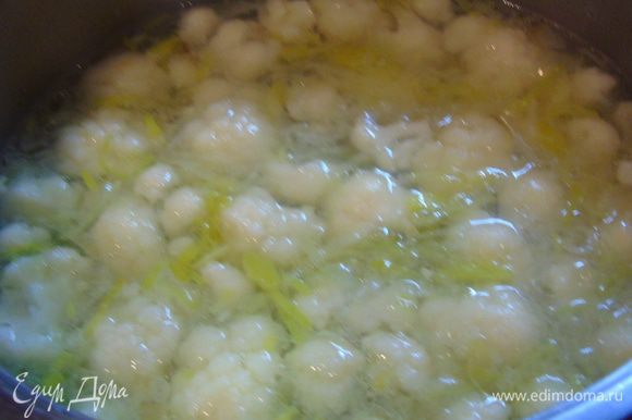 Добавьте в суп, посолите, поперчите и варите до готовности капусты.