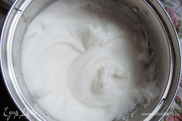 Для бисквита белки (примерно 2 штуки от средних яиц) взбиваем до устойчивый пиков. Если перевернуть емкость, белки не должны выпасть. Когда белки достигли нужной консистенции, постепенно добавляем сахар.