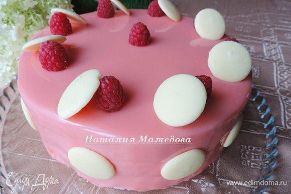 А дальше украшаем торт по своему желанию Если у вас есть свежая малина, то поверхность торта можно украсить крупными красивыми ягодами. Если вы готовите торт не в сезон свежей малины, то можете воспользоваться жевательными конфетками-малинками. Еще для декора я использовала готовые диски из белого шоколада, если у вас их нет готовых, вы с легкость можете сами их подготовить заранее из растопленного белого шоколада