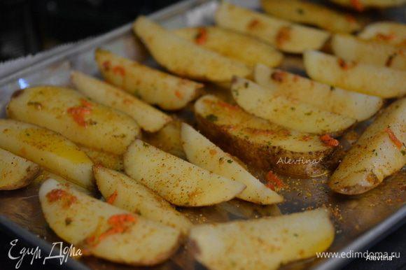 Прогреть духовку до 220°C. Слить воду с картофеля. Дать слегка остыть. Выложить на приготовленный противень. У меня на фото есть вкрапления моркови,я использую вместо соли овощную смесь специй на соли http://www.edimdoma.ru/retsepty/54006-ovoschnaya-zagotovka примерно 1/2 ст.л. Смазать картофель по отдельности смесью пряной. Посыпать черным молотым перцем. Поставить в духовку на 30 минут.