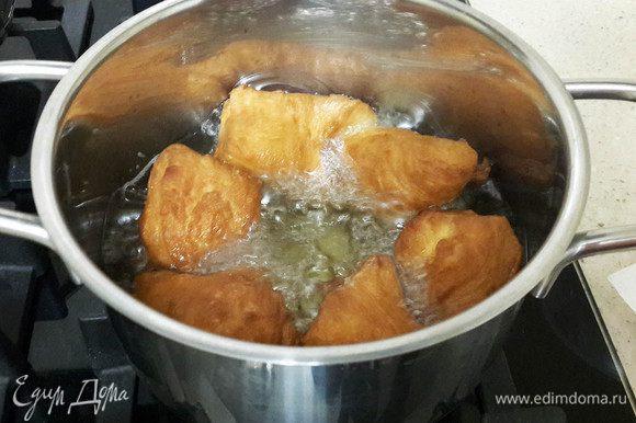 Жарить в кипящем масле. Порция масла указана на мою 1,5 -литровую кастрюльку. Стружки мгновенно всплывают вверх и очень быстро зажариваются. Масло не должно сильно кипеть. На каждую сторону должно уходить по несколько минут жарки. Выкладывать стружки на тарелку, покрытую салфеткой, чтобы впитать лишний жир.