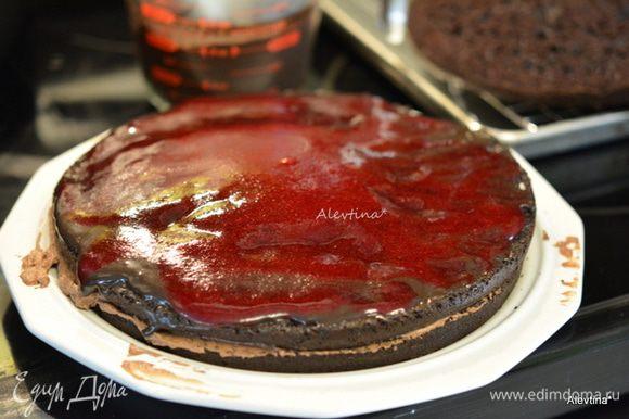 Собираем торт. Сначала бисквит, затем шоколадная начинка, затем бисквит, клюквенный соус + крем, бисквит, шоколадная начинка, бисквит.