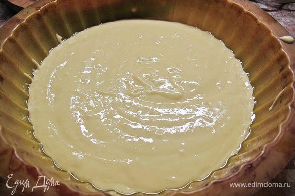 Форму смазываем маслом и выливаем тесто.