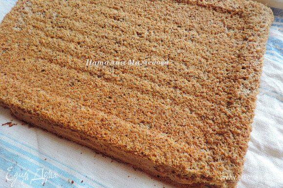 Из указанных ингредиентов готовим бисквит. Пошаговый рецепт с фото здесь http://www.edimdoma.ru/retsepty/78035-nezhneyshiy-orehovyy-biskvit. У меня форма 30*40 см.