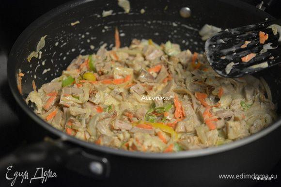 На сковороду добавим фарш или готовое мясо птицы и обжариваем несколько минут. Фарш до коричневого цвета. Слить лишний жир. Добавить порезанный тонко сельдерей, чеснок раздавленный. Обжарить слегка. Влить сливки густые, соус, посолить и поперчить. Я вместо соли использую овощную заправку на соли. Готовить 8-10 минут.