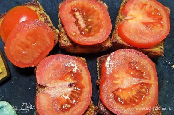 Накрываем гренку помидором.