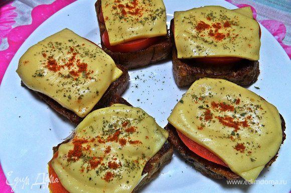 Посыпаем на горячий сыр паприку и петрушку.