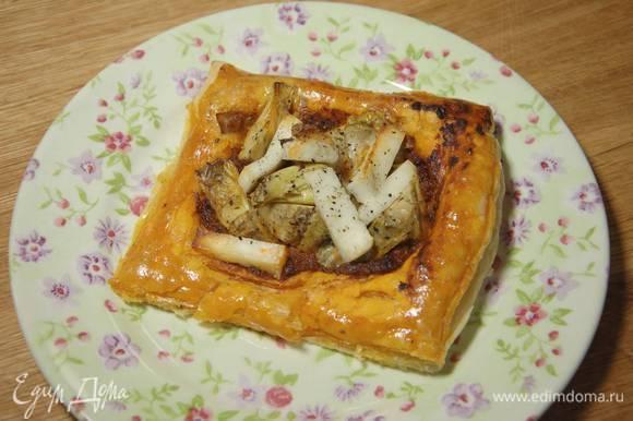 Бумагу с тестом переложить на противень и выпекать тарталетки в разогретой духовке 10–15 минут.