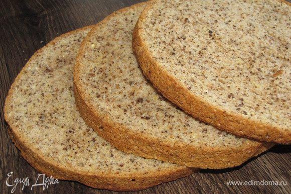 Разрезать бисквит на три равные части.