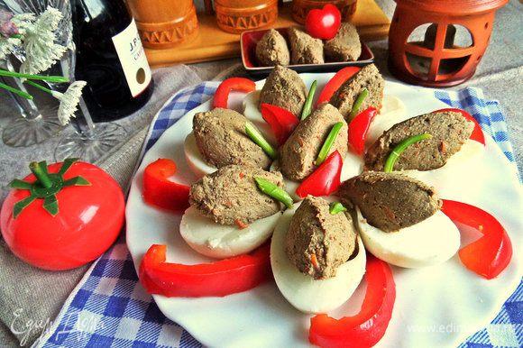 Также паштет можно подать в тарталетках или просто на поджаренных гренках.