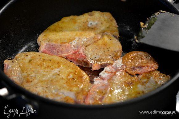 Обжарить свиные котлеты на разогретой сковороде на масле с обеих сторон.