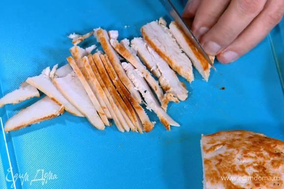 Куриную грудку пожарить до готовности, затем нарезать длинными брусочками.