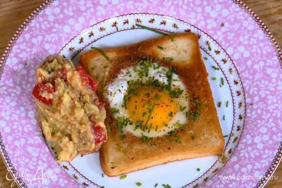 Шнитт-лук мелко порубить и посыпать поджаренный хлеб с яйцом. Подавать гренки с соусом из авокадо.