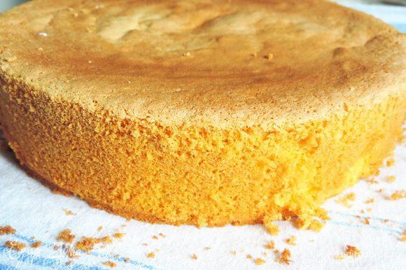 Затем приготовим бисквит из указанных ингредиентов. Пошаговый рецепт здесь http://www.edimdoma.ru/retsepty/67407-izumitelnyy-belyy-biskvit. Бисквит выпекаем в форме 18 см. Он должен получиться высоким.