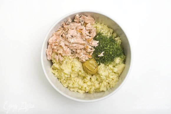 К остывшему картофельному пюре добавить порубленные петрушку, укроп и 1/2 зеленого лука, измельченную рыбу, 1 ч. л. горчицы, посолить и поперчить, и осторожно перемешать.