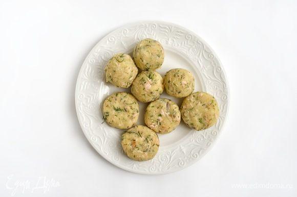 Из картофельно-рыбной массы слепить шарики размером с грецкий орех. Немного расплющить.