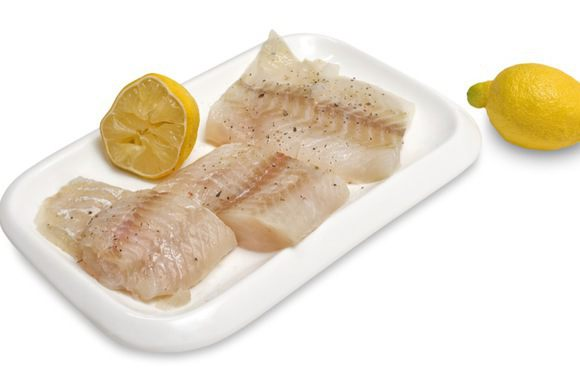Рыбное филе нарезать на небольшие порционные куски, посолить, поперчить, сбрызнуть соком лимона, затем обвалять в муке, во взбитом яйце, а потом в панировочных сухарях.