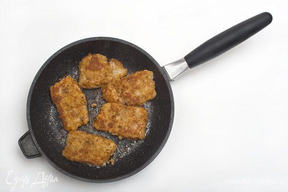 В сковороде разогреть растительное масло и обжарить кусочки филе по 2-3 минуты с каждой стороны.
