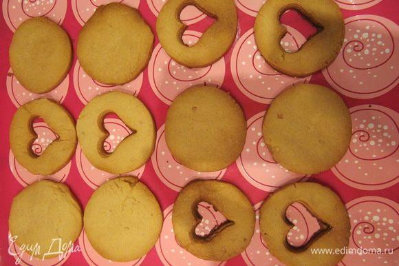 Отправить противень с заготовками для печенья в предварительно разогретую до 180°C духовку и выпекать около 10-15 минут. Время выпечки зависит от вашей духовки. Печенье должно слегка зарумяниться.