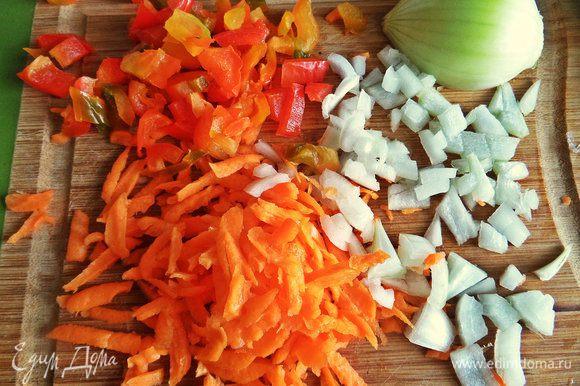 Очистить, натереть и нарезать морковь, перец и лук.