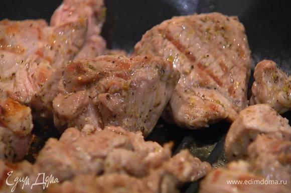 Разогреть сковороду-гриль и пожарить мясо со всех сторон до готовности.