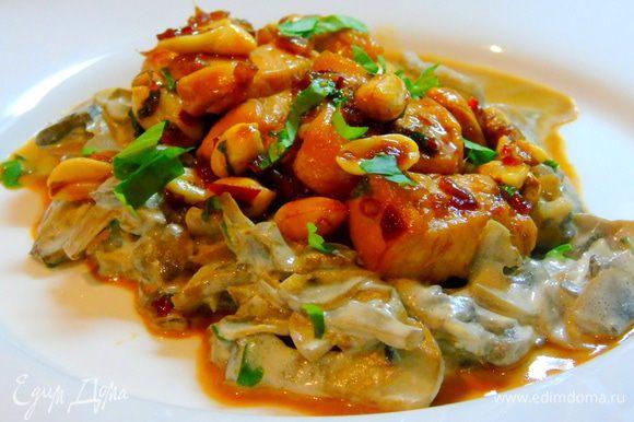 На тарелку выложите грибы, сверху курицу и по желанию присыпьте зеленью. Подавайте! Приятного аппетита!