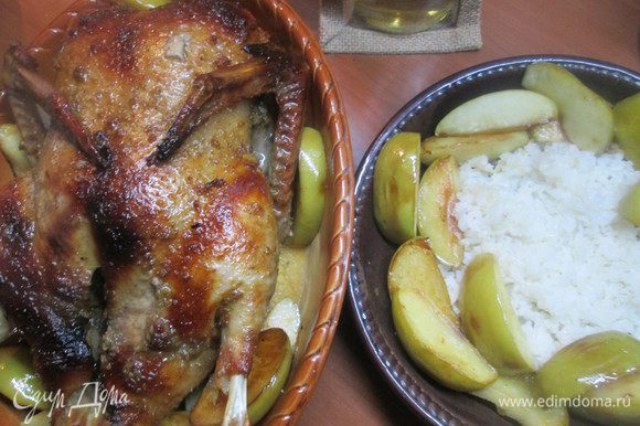 Для Рождественского ужина, собравшись всей семьей за праздничным столом, подаем запеченную уточку с гарниром из отварного риса с яблоками.