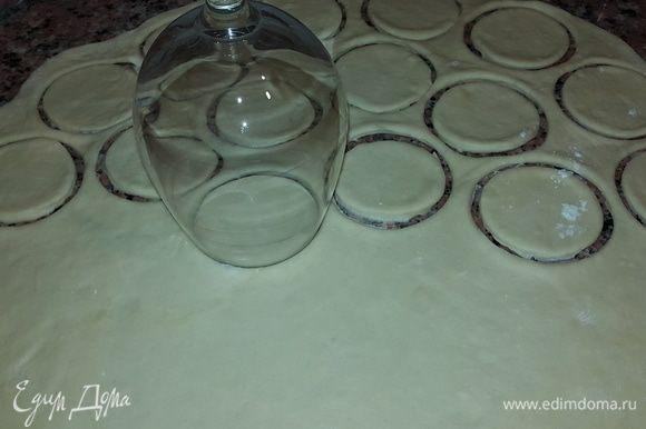 Раскатываем тесто толщиной примерно 2 мм, стаканом вырезаем кружочки и лепим вареники, хорошенько скрепляя края. Остатки теста снова раскатываем и т. д.