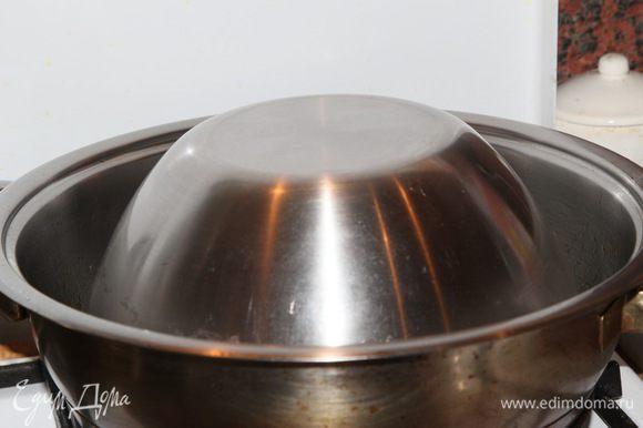 И все плотно закрываем куполообразной емкостью. Если есть глубокая тарелка — ею, у меня вот такая миска. Через 10 минут огонь выключаем. Еще через 25 минут палов готов!