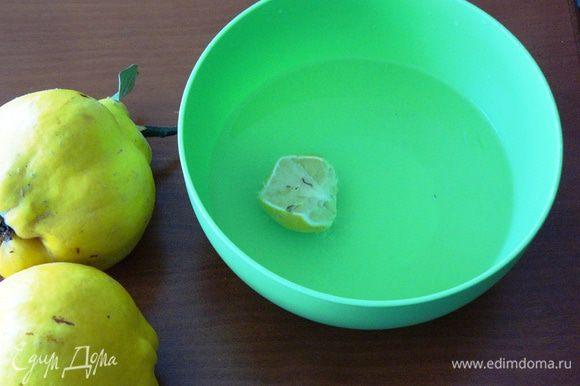Для начала подготовим вместительную миску с водой (3 стакана), выдавим туда сок половины лимона. Выжатый лимон можно забросить туда же.