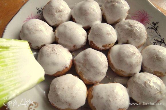 Покрываем печенье белой глазурью кисточкой.