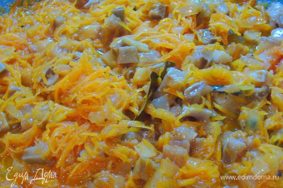 Филе отправляем к овощам, перемешиваем, накрываем крышкой и тушим 5-7 минут.