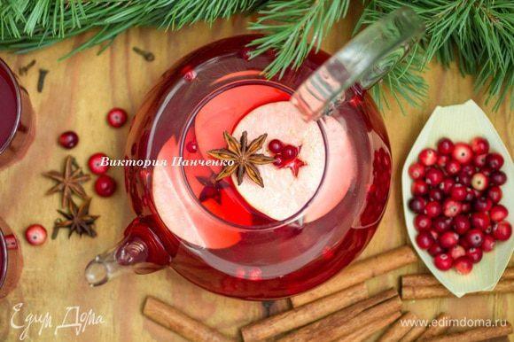 За основу пунша можно взять вот этот рецепт чая http://www.edimdoma.ru/retsepty/76284-yablochnyy-chay-s-brusnikoy-klyukvoy-i-kardamonom Соединить чай и апельсиновый сок в сотейнике с толстым дном, поставить его на слабый огонь, добавить корицу и анис (бадьян) и довести до кипения. Не кипятить! Дать настояться не менее 1 часа.
